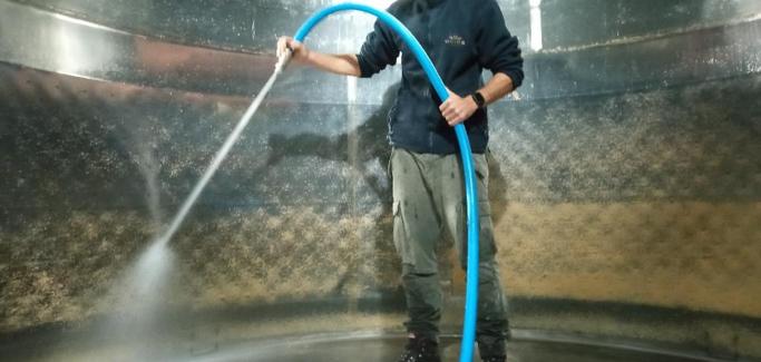 Καθαρισμός των τρυγικών αλάτων από τα τοιχώματα ανοξείδωτης δεξαμενής